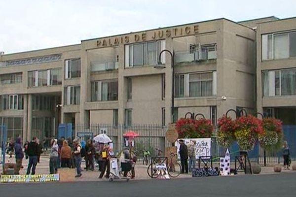 Jeudi matin, de nombreux membres du collectif de la Campagne pour la Libération des Espaces étaient rassemblés devant les grilles du palais de justice de Clermont-Ferrand pour soutenir les 3 personnes qui squattent un immeuble à Chamalières.