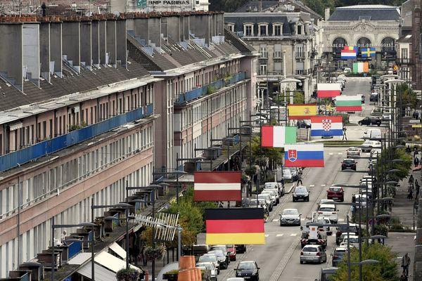 La rue Thiers à Saint-Dié-des-Vosges, et la gare SNCF au fond.