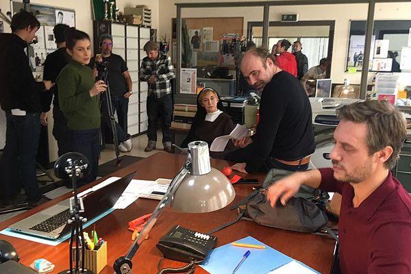 """Tournage de """"Meurtre à Lisieux"""" dans une ancienne école reconvertie en commissariat avec Marie-Anne Chazel dans le rôle principal"""