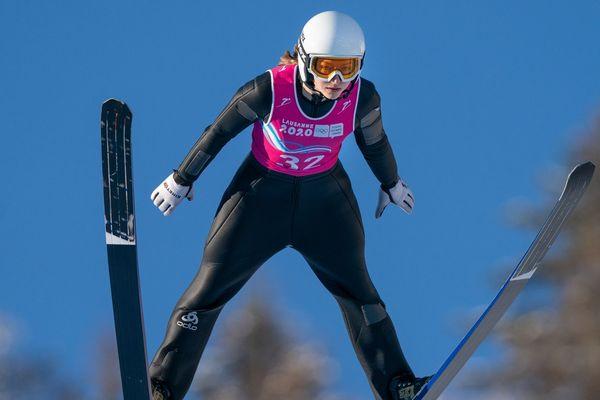 Josephine Pagnier en action lors de l'épreuve de compétition individuelle de saut à ski féminin aux Jeux Olympiques de la Jeunesse 2020