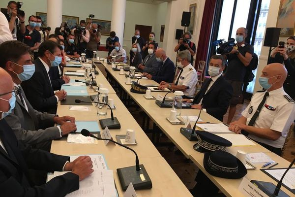 Le ministre de l'Intérieur Darmanin assis à droite, face à Christian Estrosi et à d'autres élus lors d'une réunion à Nice.