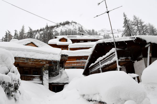 Des chalets recouverts de neige à la station de Val d'Isère (Savoie) le 9 janvier 2018.