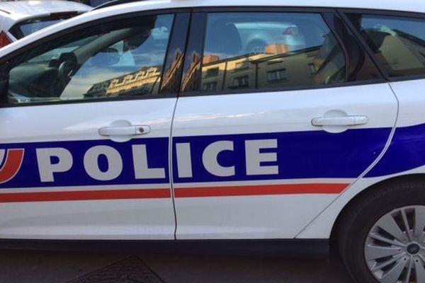 Dans un garage, les policiers tombent nez à nez avec un lance roquette. Le véhicule dans lequel il se trouvait aurait déjà servi lors de braquages
