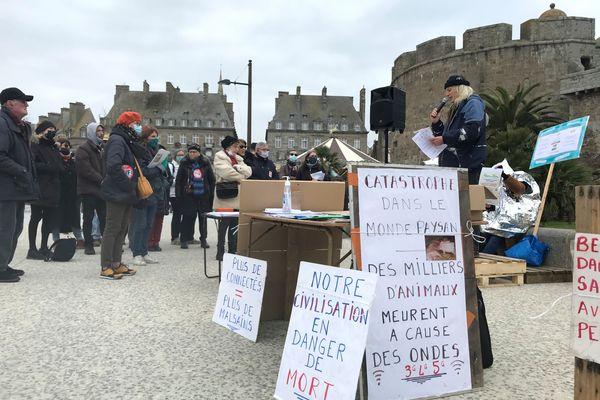 Une quarantaine de citoyens rassemblé à Saint-Malo pour réclamer un moratoire sur le déploiement de la 5G.
