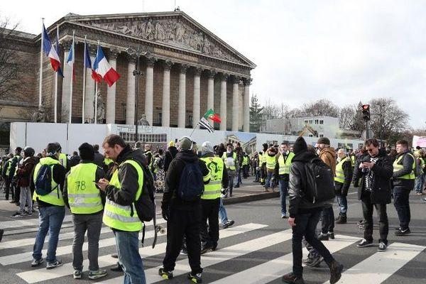 Des manifestants gilets jaunes devant l'Assemblée nationale à Paris.