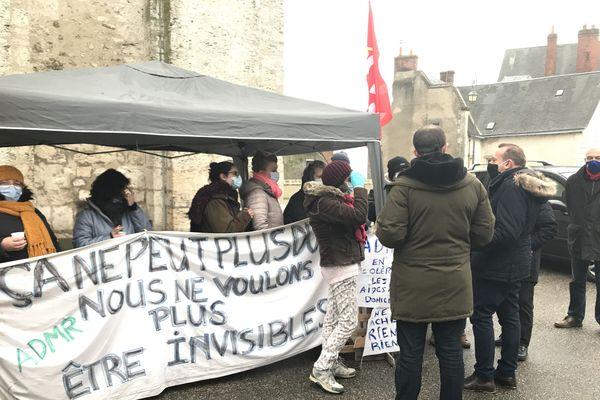 Piquet de grève des aides à domicile de l'ADMR 41 devant la mairie de Blois ce mercredi 6 janvier 2021. Marc Gricourt, le maire de Blois, est venu leur témoigner son soutien.