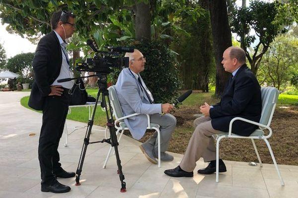 Le Prince Albert de Monaco lors de l'interview menée par Bernard Peyrano et Jacques Soffer de France 3 Côte d'Azur.