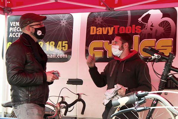 Davy répare sur place une dizaine de vélos chaque jour de marché