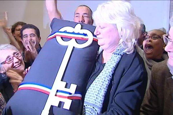 Michèle Picard et André Gerin (à droite) lors de la victoire de 2015. La maire de Vénissieux retrouve son fauteuil après une nouvelle élection faisant suite à l'annulation de celle de 2014.