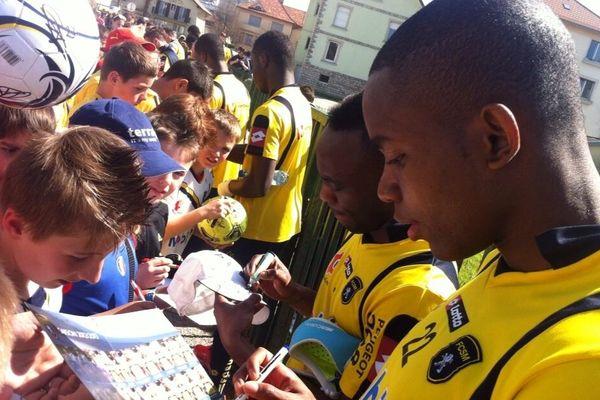 Cédric Bakambu, l'attaquant du FC Sochaux s'est plié de bonne grâce comme tous ses coéquipiers à la séance de dédicaces mercredi dernier
