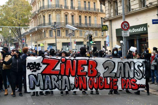 Des manifestants rendent hommage Zineb Redouane tuée par un tir de gaz lacrymogène à Marseille.