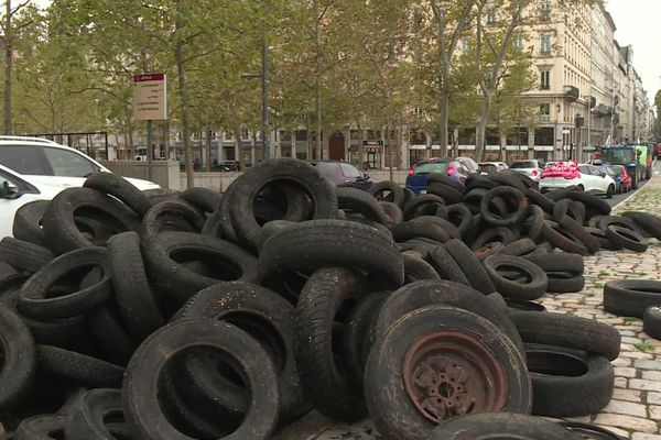 Manifestation de la colère des agriculteurs à Lyon ce mardi 22 octobre : des pneus sur la chaussée en plein centre et des difficultés de circulation.
