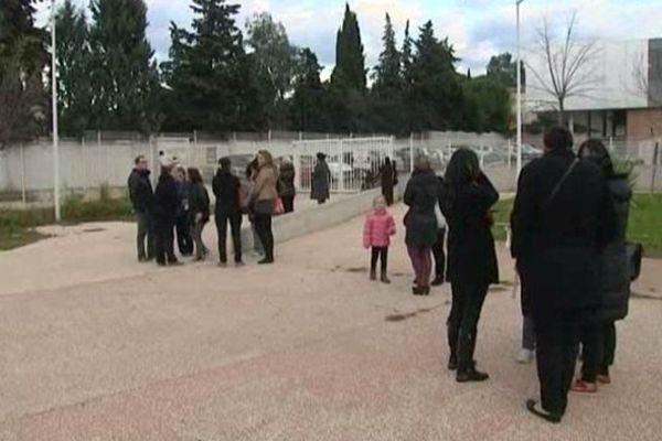Des parents d'élèves devant l'école Longepierre à Toulon