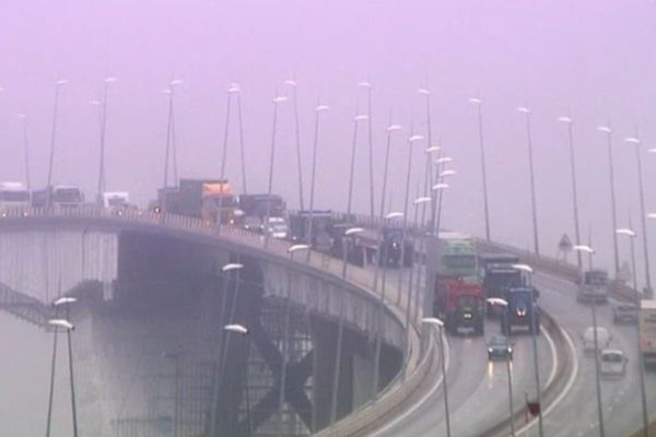 Le pont de Normandie bloqué par les agriculteurs à l'été 2015