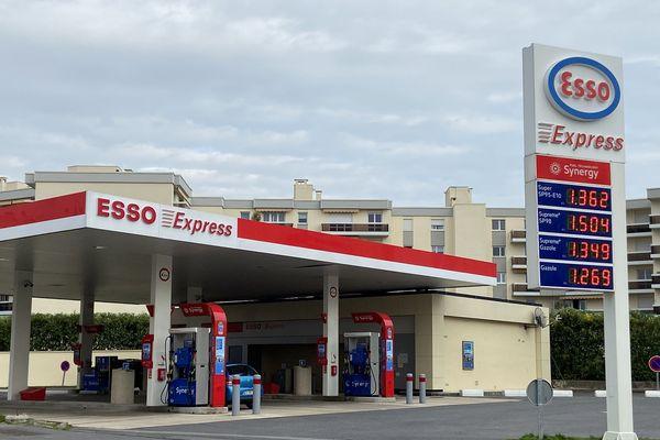 Baisse des prix des carburants dans cette station à Reims (Marne), suite à l'épidémie de covid 19.