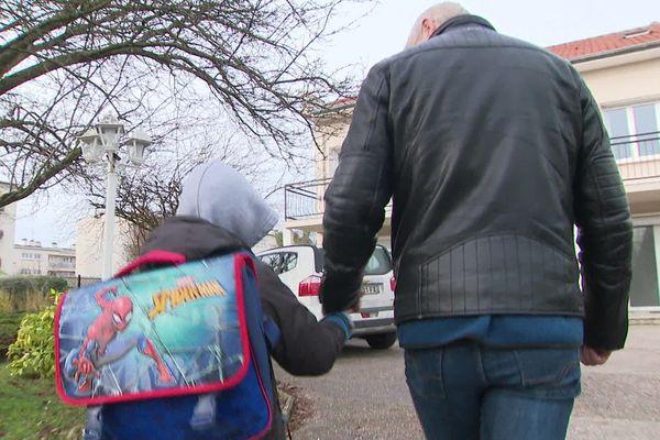 Pierre rentre de l'école. Il a été accueilli par la famille Thouvenin à l'automne 2018. Il est désormais chez lui.