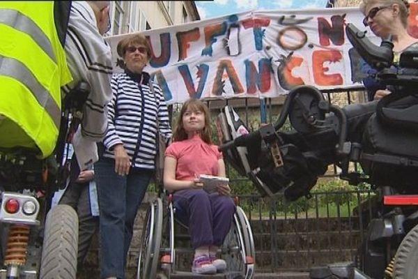 Manifestation de l'APF devant la préfecture de Lons-le-Saunier