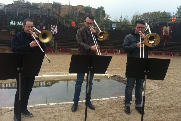 Les trompettistes jouent au milieu des aigles