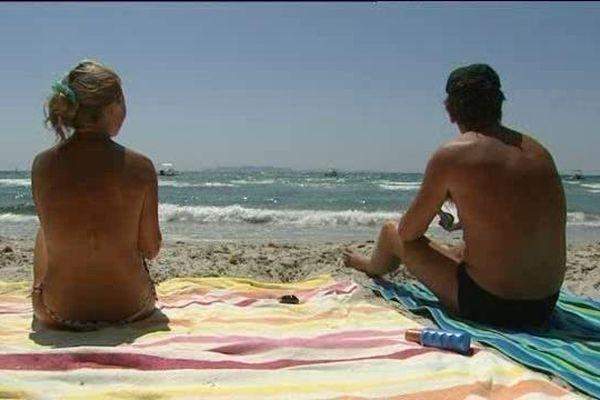 Tous les baigneurs doivent désormais porter un maillot pour profiter des plages de Bormes-les-Mimosas.