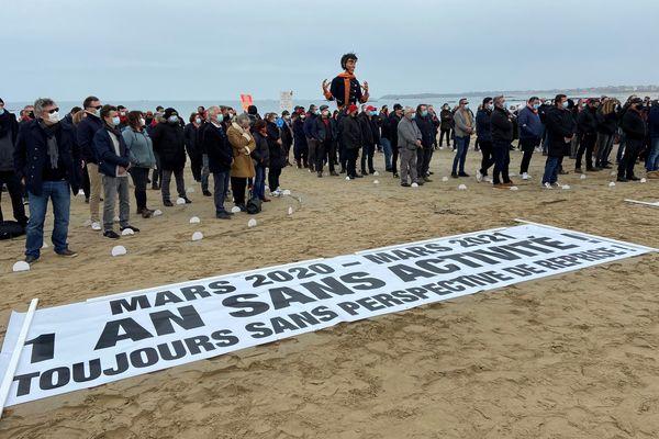Près de 250 professionnels bretons de l'évènementiel se sont rassemblés ce mercredi 17 mars 2021 pour former un SOS humain dans le but d'interpeller le gouvernement sur la situation de leur filière.