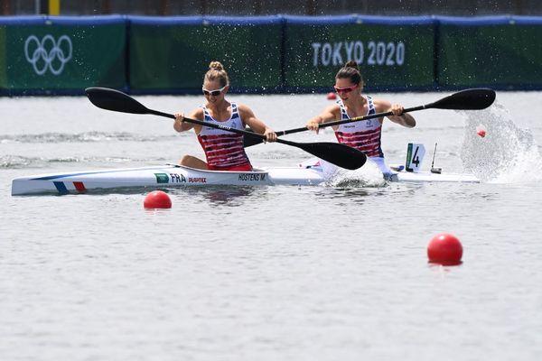 Manon Hostens (à gauche) et Sarah Guyot se qualifient pour les demi-finales du 500 m K2 aux JO de Tokyo
