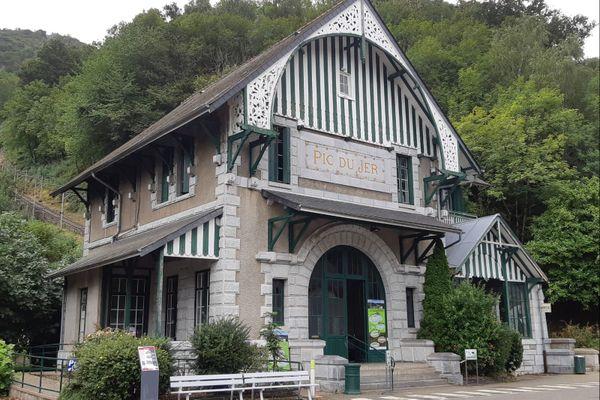 D'importants orages se sont abattus sur la ville de Lourdes. La foudre a provoqué une coupure de courant, entraînant l'arrêt brutal du funiculaire. Une dizaine de passagers sont blessés.
