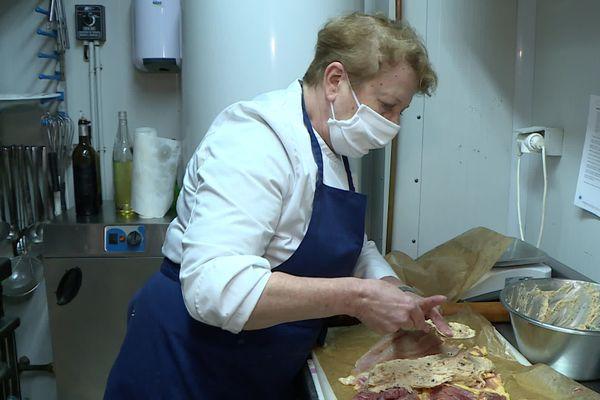 La Cheffe Christine Maurence de La Taula prépare ses chapons fermiers qu'elle va farcir pour le menu de Noël.