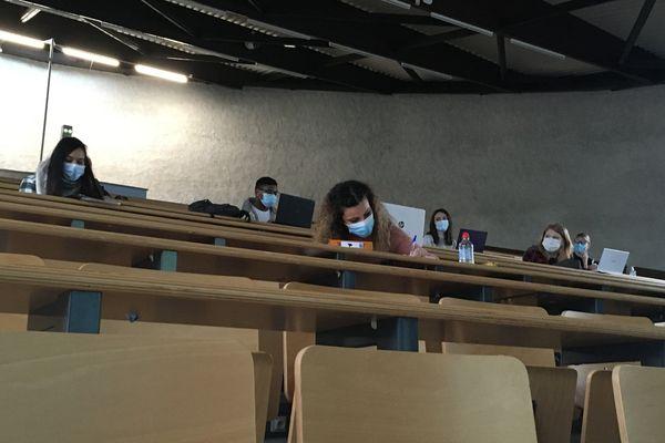 Pour leur premier jour de retour sur site, les étudiantes et étudiants en présentiel planchent avec sérieux sur leurs exercices du jour. Et en distanciel aussi.