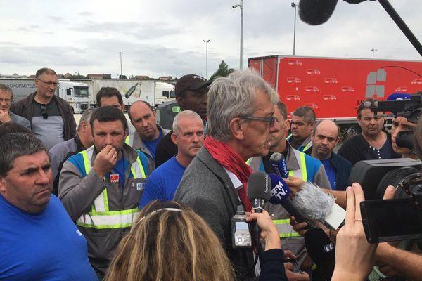 L'avocat des GM&S leur apprend la décision du tribunal, sur l'aire d'autoroute des Vérités dans l'Allier.