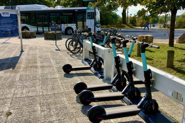 Une station de trottinettes électriques pour permettre de poursuivre un trajet sur le campus de la Chantrerie au nord de Nantes
