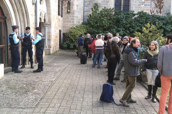 Les soutiens à Rémy Pesant se sont rassemblés devant la gendarmerie de Figeac dans le Lot.