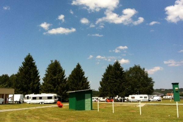 Les caravanes des gens du voyage installées illégalement sur le terrain de l'aérodrome de Guéret ( Saint-Laurent-23)