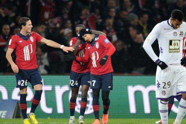 Payet félicité par ses coéquipiers après son superbe but en fin de match.