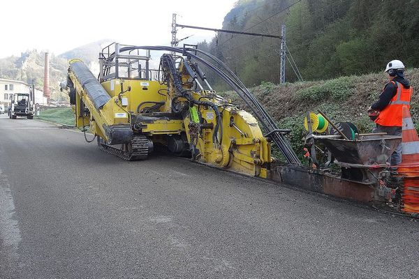 (Archives) Installation d'une tranchée de fibre optique à Saint-Rambert-en-Bugey, un village de la région Auvergne-Rhône-Alpes