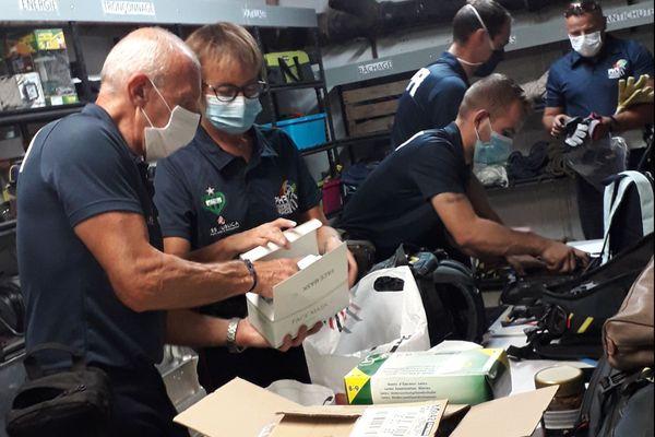L'équipe des Pompiers Humanitaires Français, en pleine préparation du matériel avant son départ de Saint-Etienne pour une mission d'urgence au Liban. Jeudi 5 août 2020.