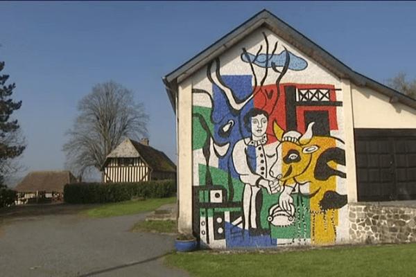 Cette mosaïque accueille le visiteur à la ferme du peintre Fernand Léger à Lisores, dans le Pays d'Auge