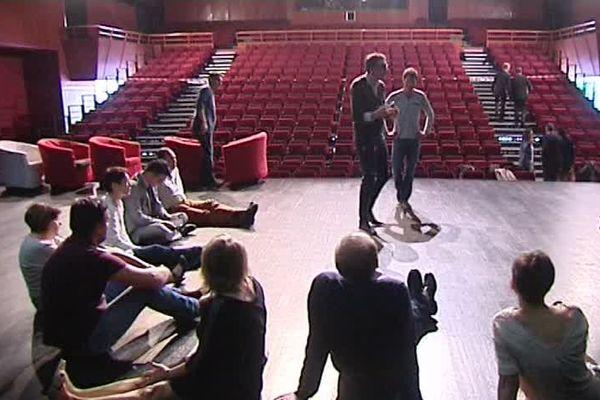 De l'open-space aux planches du théâtre, la construction d'équipe cherche à remettre le bien-être en entreprise au premier plan