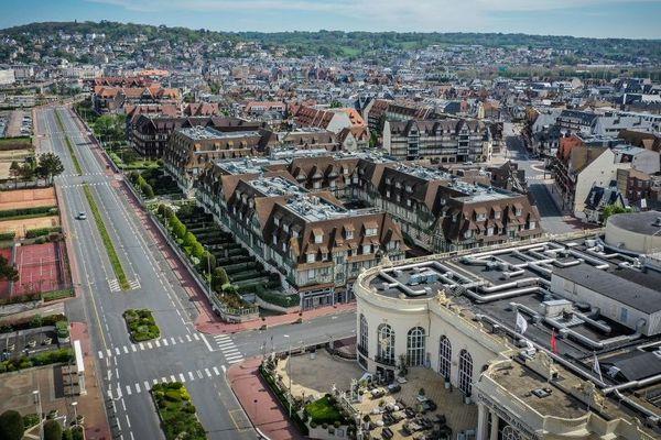 Vue aérienne de la rue principale de Deauville, prise le 19 avril 2020, au 34ème jour de confinement.