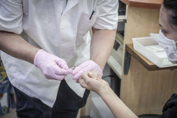 Des tests rapides d'orientation diagnostique (Trod) sont disponibles en pharmacie pour connaître la présence ou non d'anticorps contre le coronavirus.
