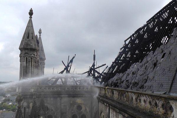 La toiture de la basilique Saint Donatien à Nantes après l'incendie