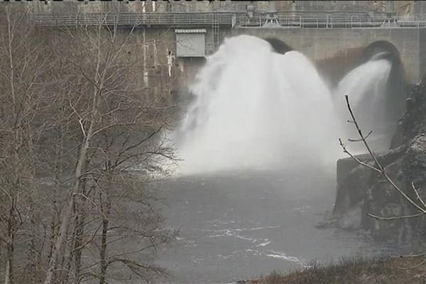 Après un passage par le barrage de Marèges, les tonnes d'eau se déversent dans la Dordogne.