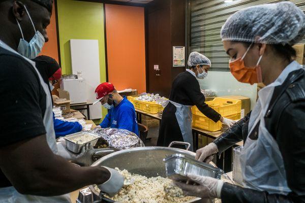 Des bénévoles préparent des repas qui seront distribués par le Secours Islamique Français.