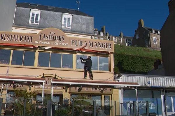 Magicien le weekend avant la crise sanitaire, Raymond Gréau apporte de sa magie en aidant les restaurateurs et les patrons de bar dont les enseignes sont fermées aux clients depuis le 30 octobre 2020.