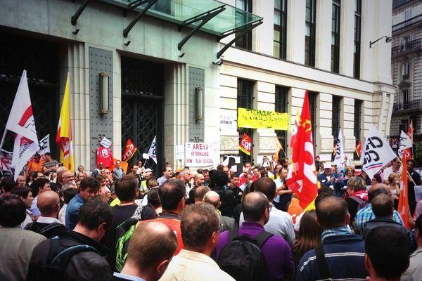 Mobilisation des salariés d'Euriware devant le siège d'Areva, à Paris, jeudi 4 juillet 2013.