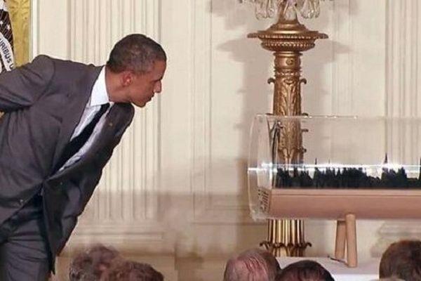 Barack Obama découvrant l'oeuvre de Gilles Azzaro