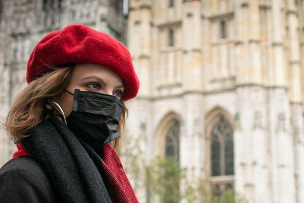 Une femme portant un masque de protection devant la cathédrale de Rouen (Seine-Maritime), le 26 septembre 2019, quelques heures après l'incendie d'un site classé Seveso du sud de la ville.