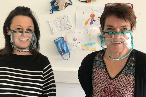 """Rozenn Fichou (à droite) et Mary Gourhant (à gauche). Toutes deux à l'origine de l'association """"Masque à rade"""". Mary Gourhant, couturière de formation, a imaginé ce modèle de masque transparent qui laisse voir le visage."""