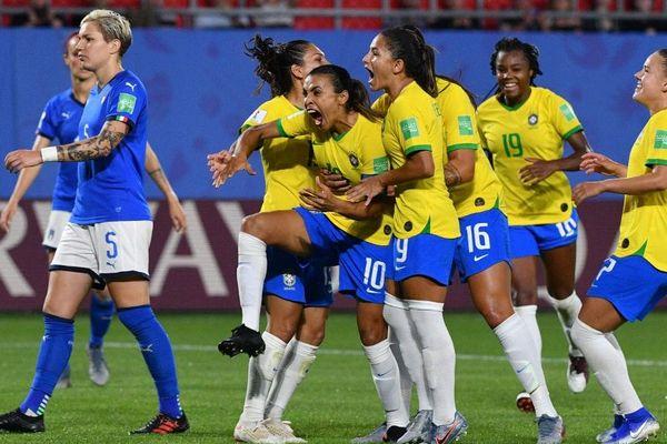 La Brésilienne Marta (n°10) et ses équipières se qualifient à l'arrachée.