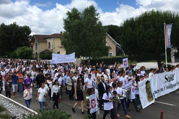 Ils étaient près de 350 personnes rassemblées ce dimanche en mémoire du père de famille et en soutien à sa famille.
