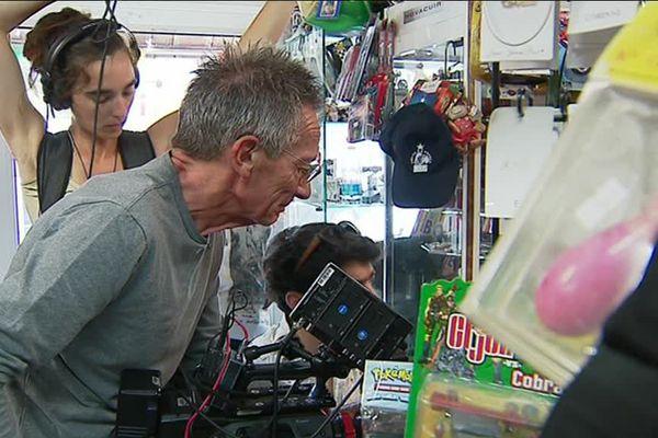 """Patrice Leconte en tournage dans la boutique """"atout fête"""" de Genlis."""